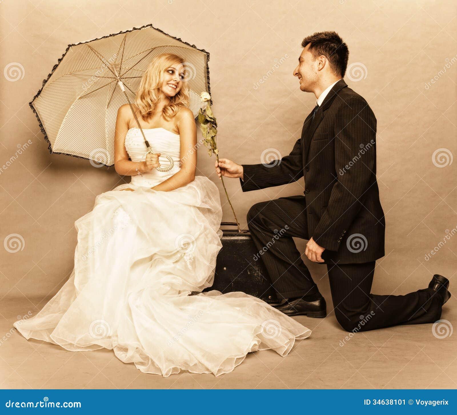 Romantiskt foto för tappning för gift parbrudbrudgum
