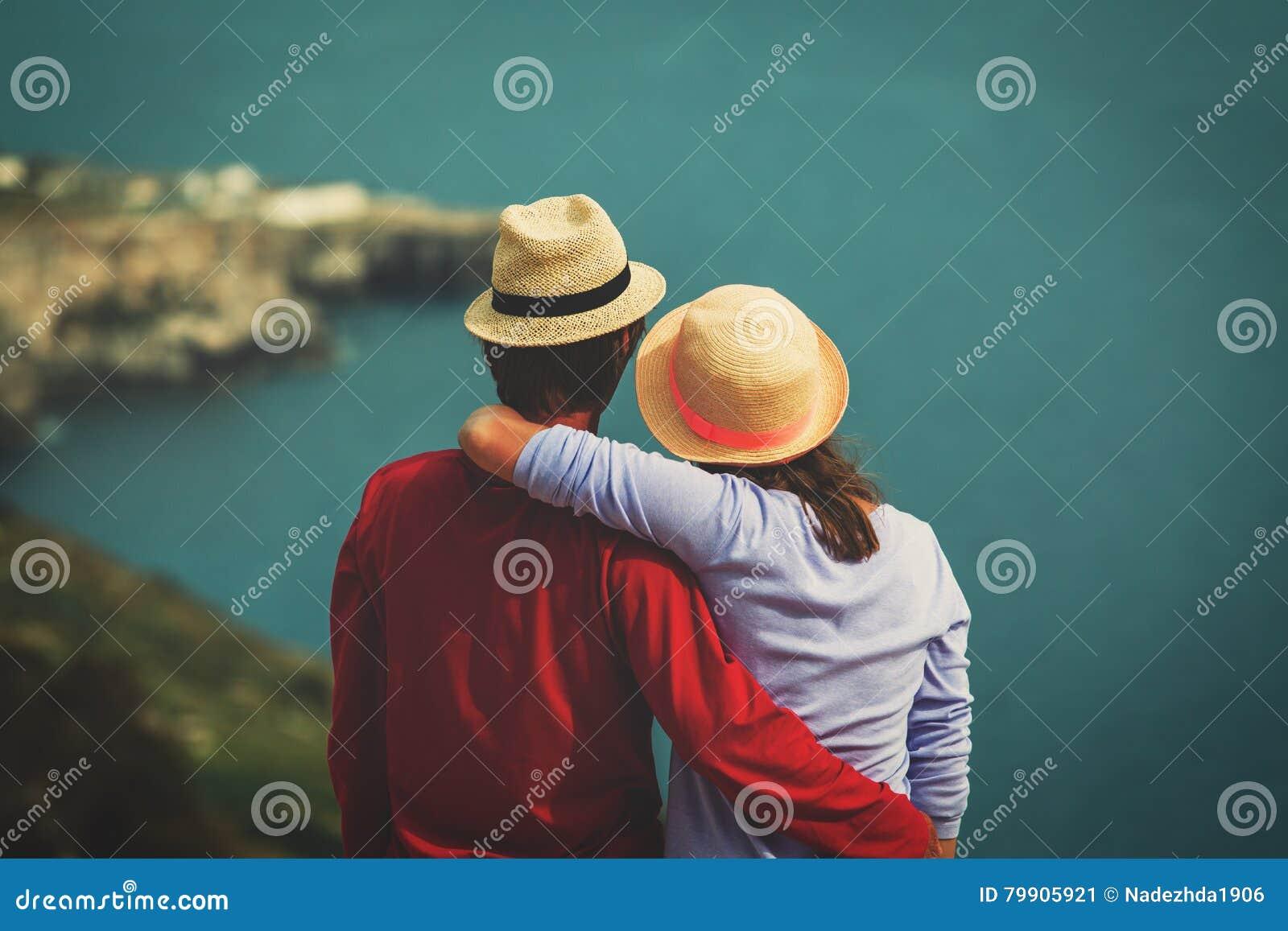 Romantiskt lopp - lyckliga unga älska par på havet semestrar