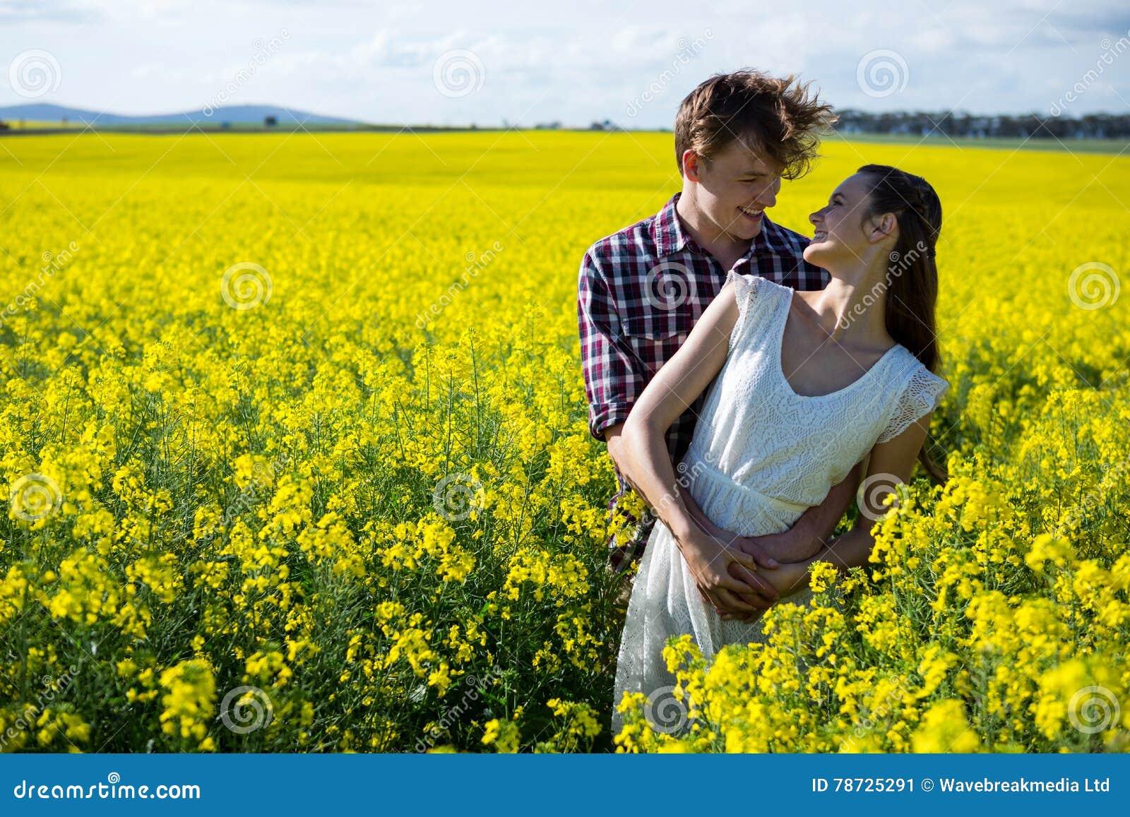 Romantiskt paranseende i senapsgult fält