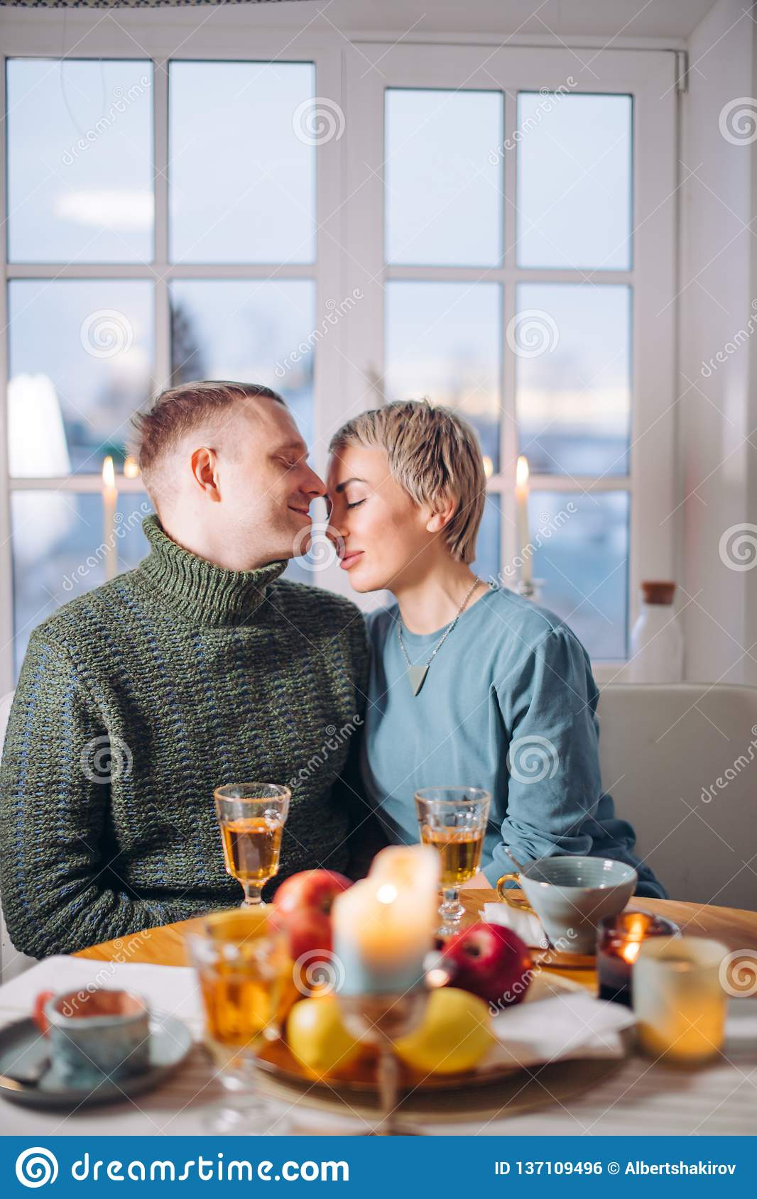Romantyczna atmosfera w domu młoda wspaniała para w miłości