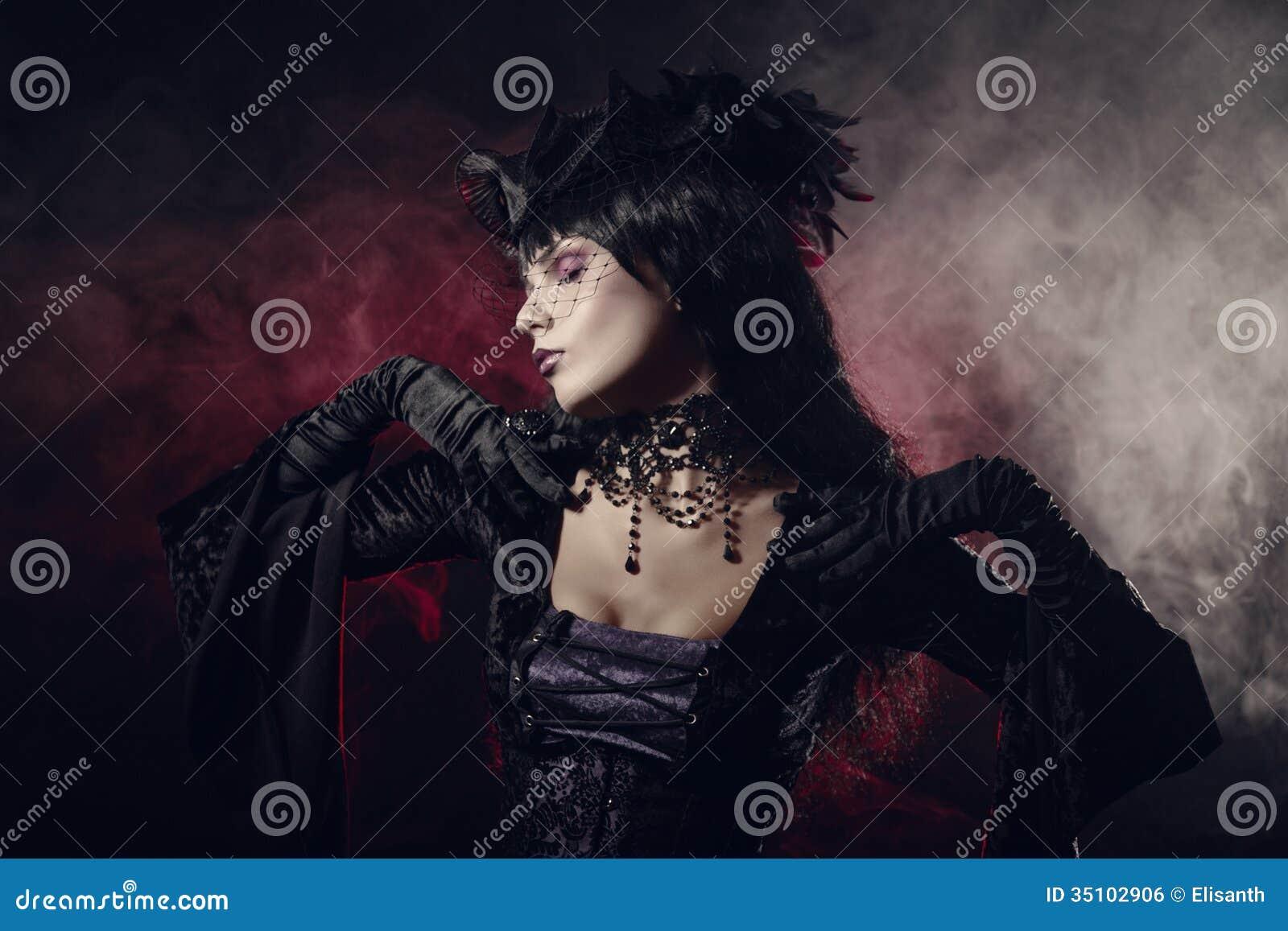 Romantyczna gothic dziewczyna w wiktoriański stylu odziewa