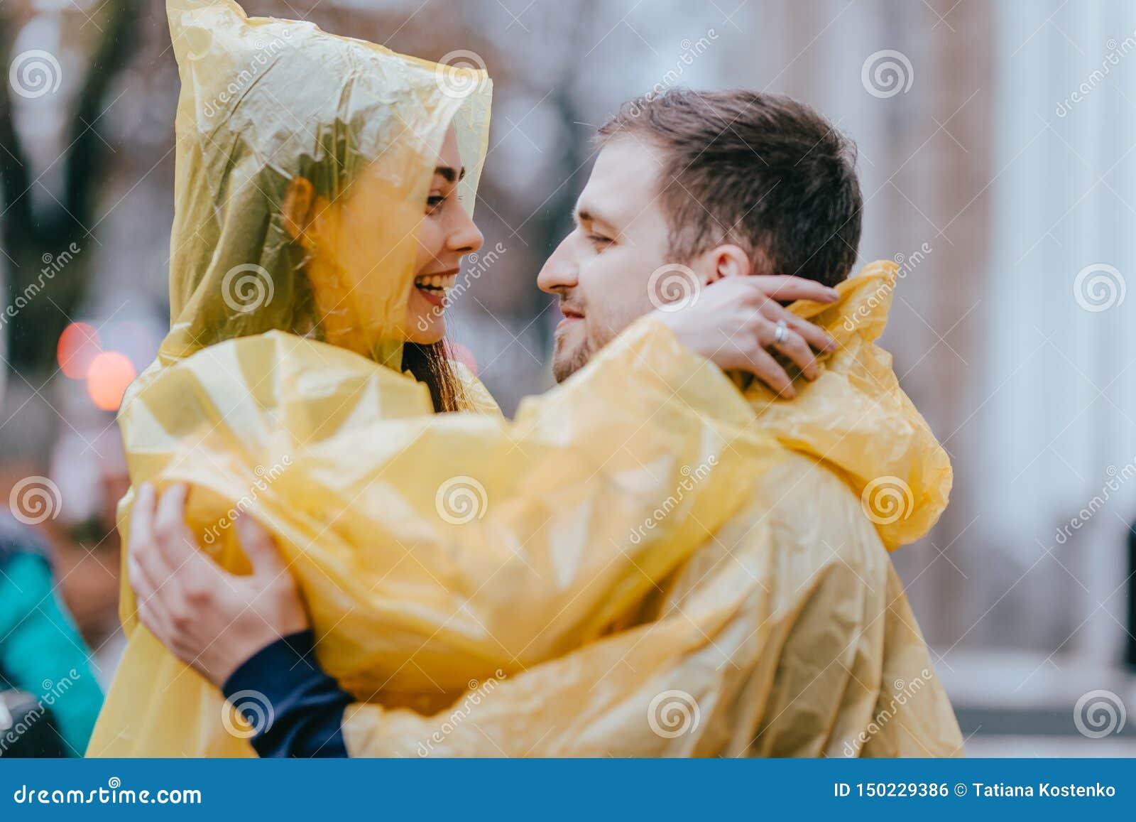 Romantyczna kochaj?ca para, facet i jego dziewczyna ubieraj?cy w ?