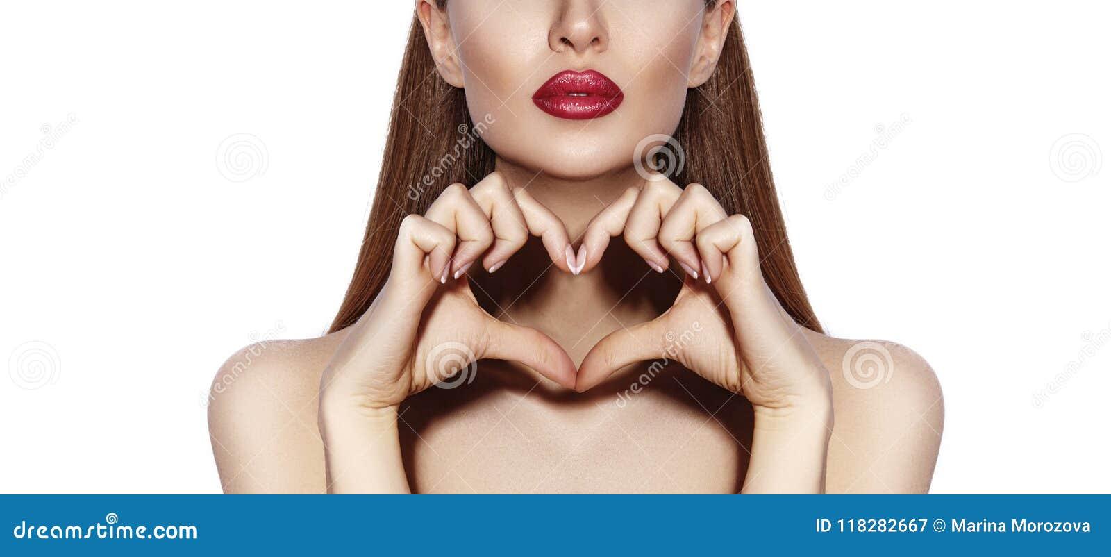 Romantyczna młoda kobieta robi Kierowemu kształtowi z ona palcom Miłości i walentynek dnia symbol Mody dziewczyna z Szczęśliwym u