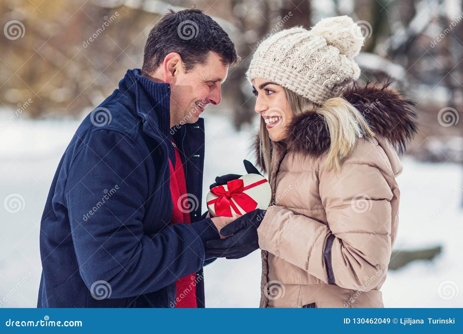 Romantyczna niespodzianka dla bożych narodzeń, mężczyzna daje pudełku z prezentem