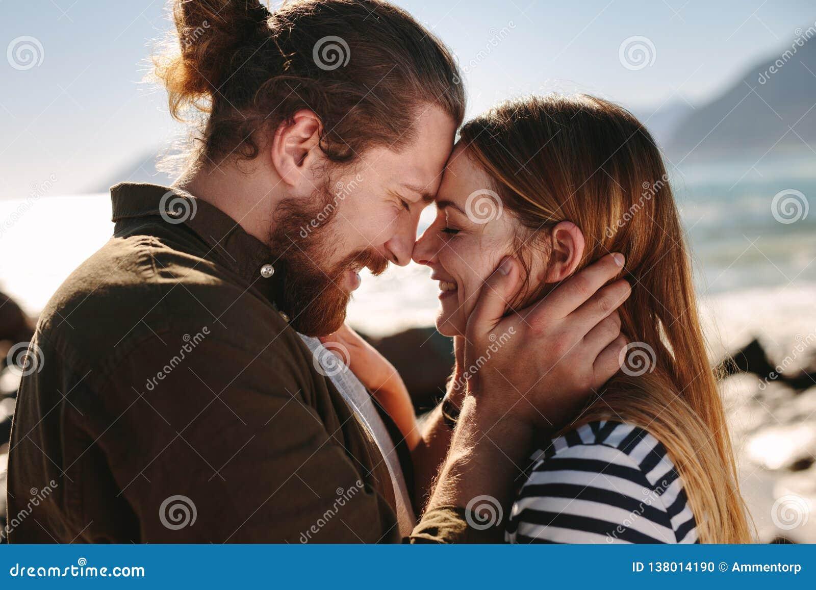 Romantyczna para cieszy się dzień na plaży