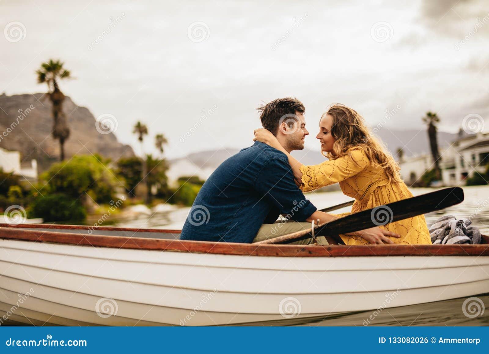 Romantyczna para w miłości na łódkowatej dacie