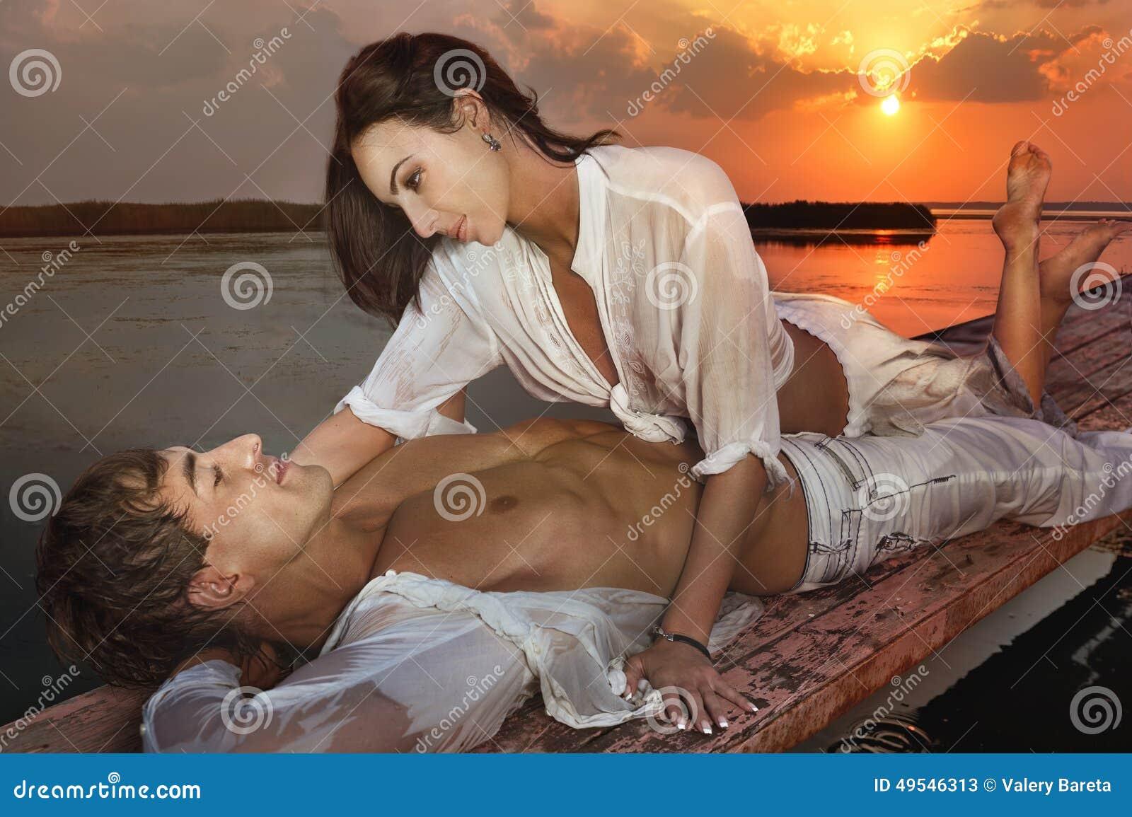 Romantyczna para w miłości przy zmierzchem