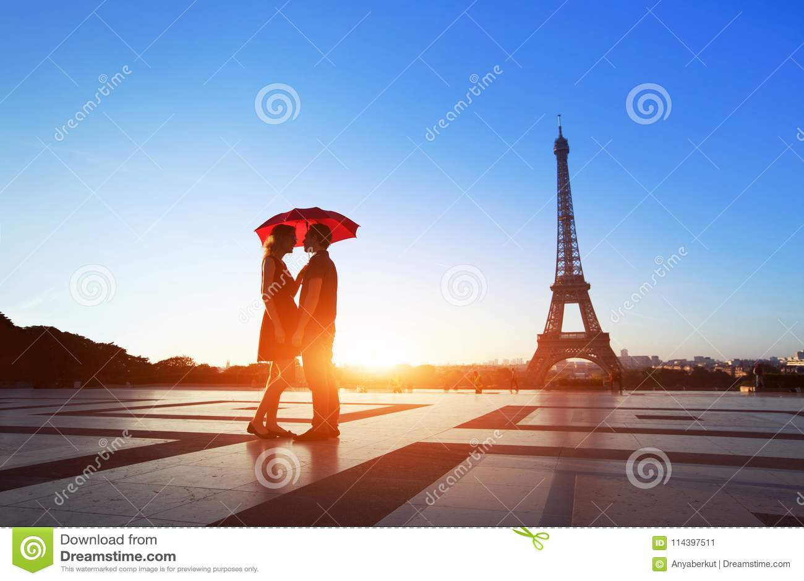 Romantyczna para w Paryż, mężczyzna i kobieta pod parasolową pobliską wieżą eifla,