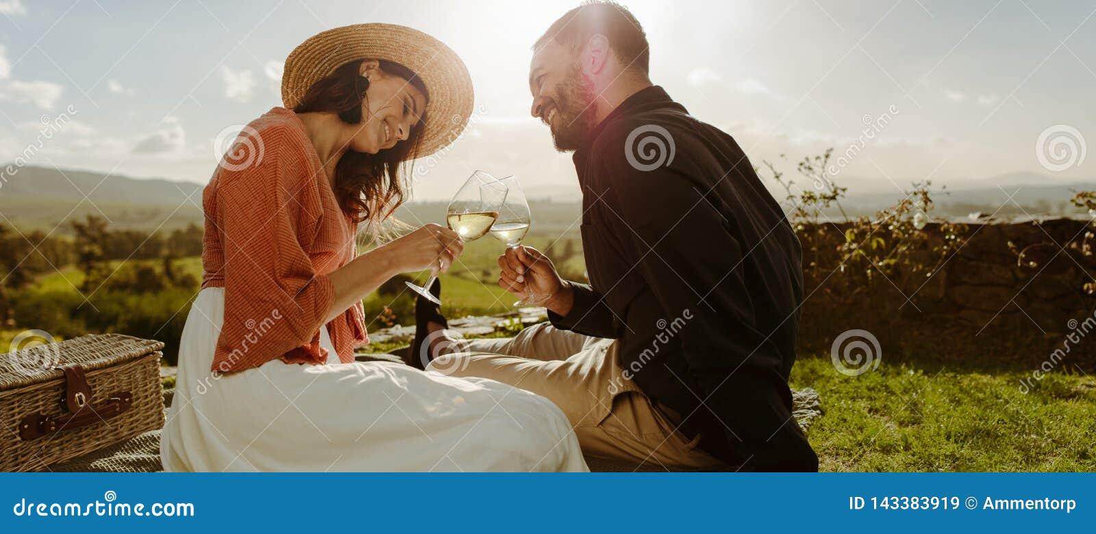 Romantyczna para wydaje czas wpólnie na dacie