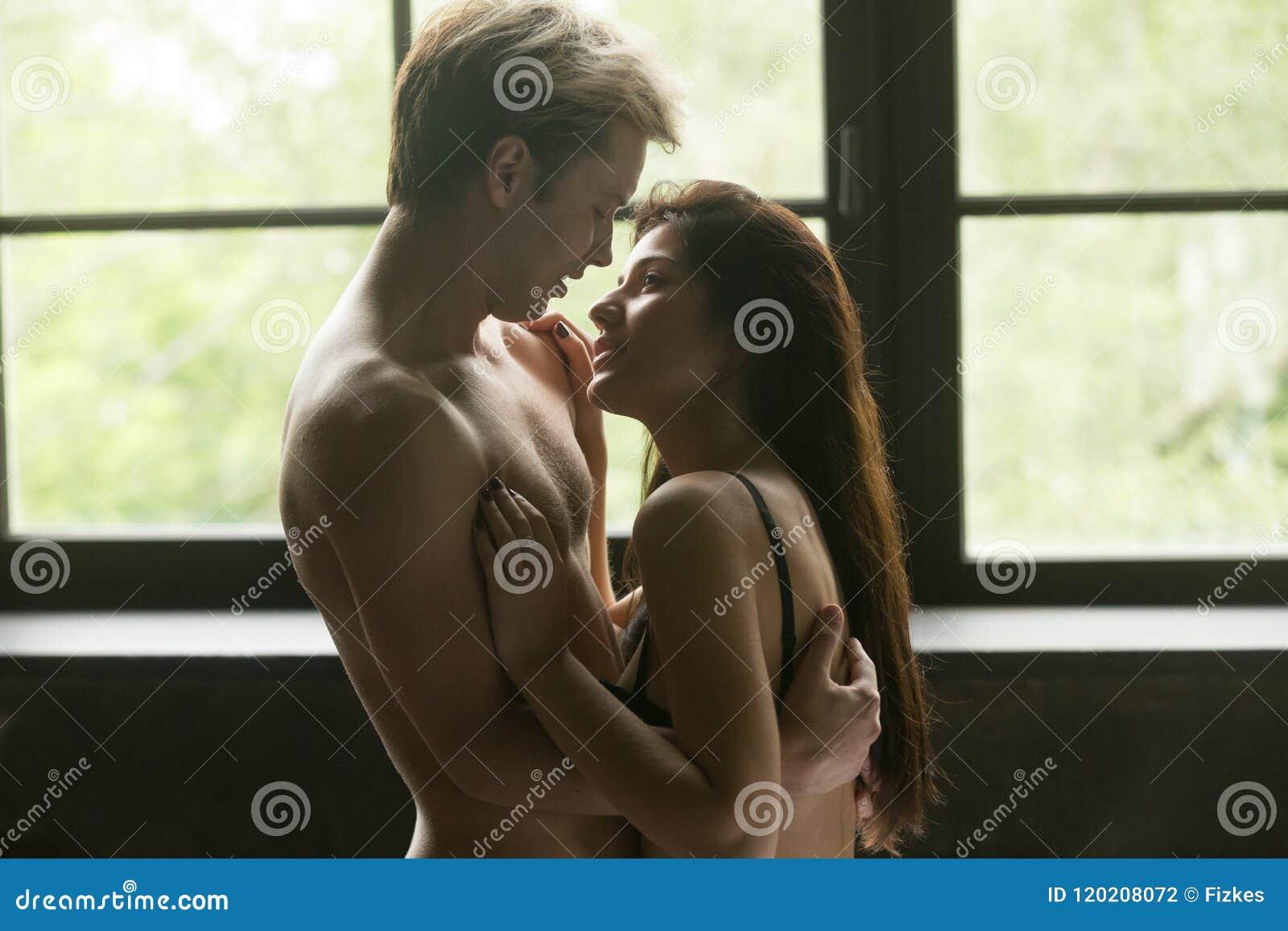 Romantyczna pary pozycja cieszy się czułego zmysłowego moment wpólnie