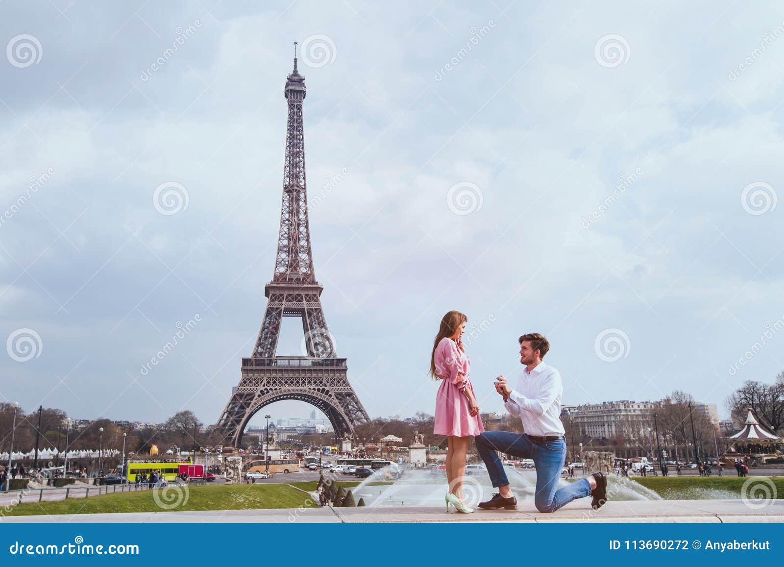 Romantyczna propozycja w Paryż, zobowiązanie