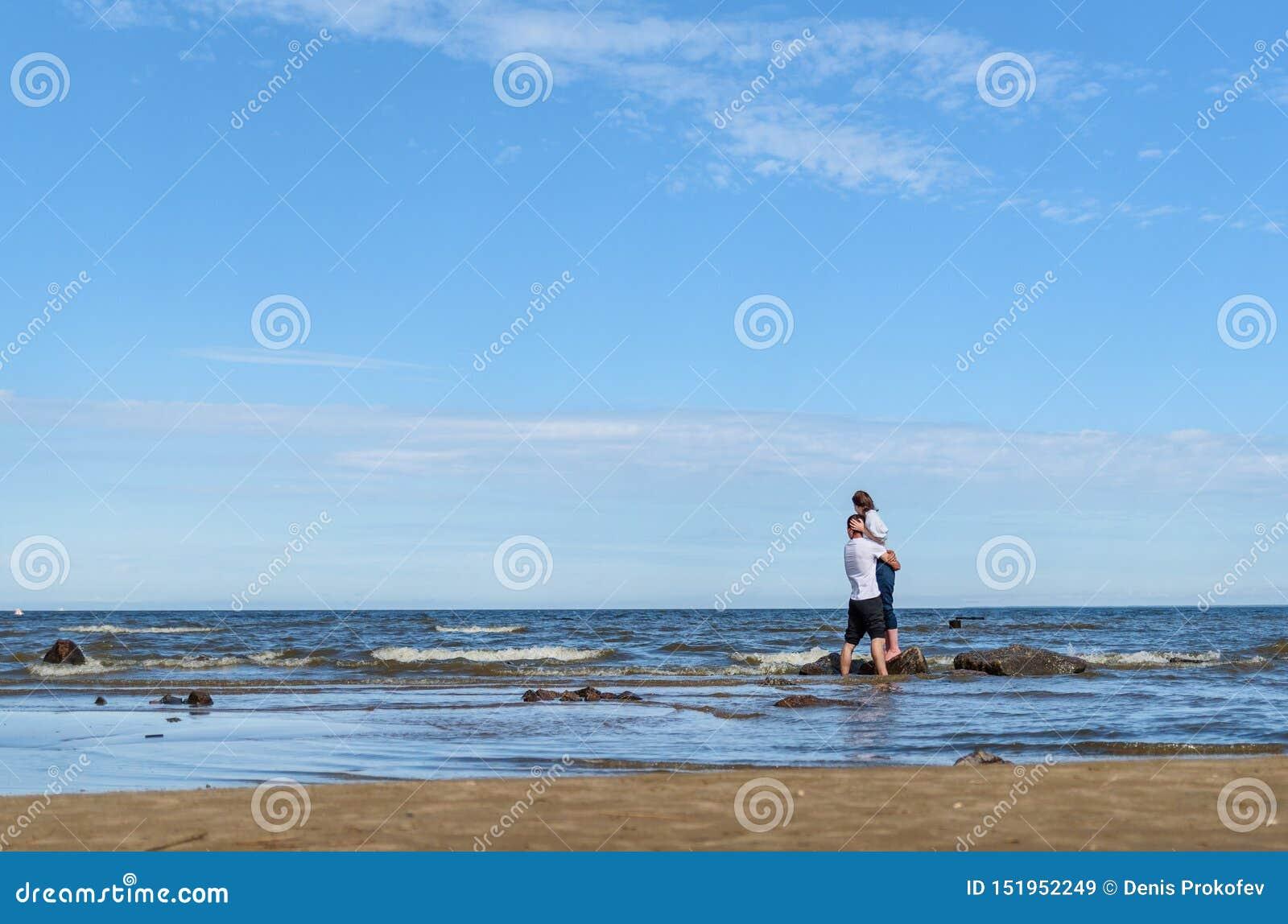 Romantyczni kochanków potomstwa dobierają się relaksować wpólnie na tropikalnej plaży Obsługuje przytulenie z kobietą i cieszy si