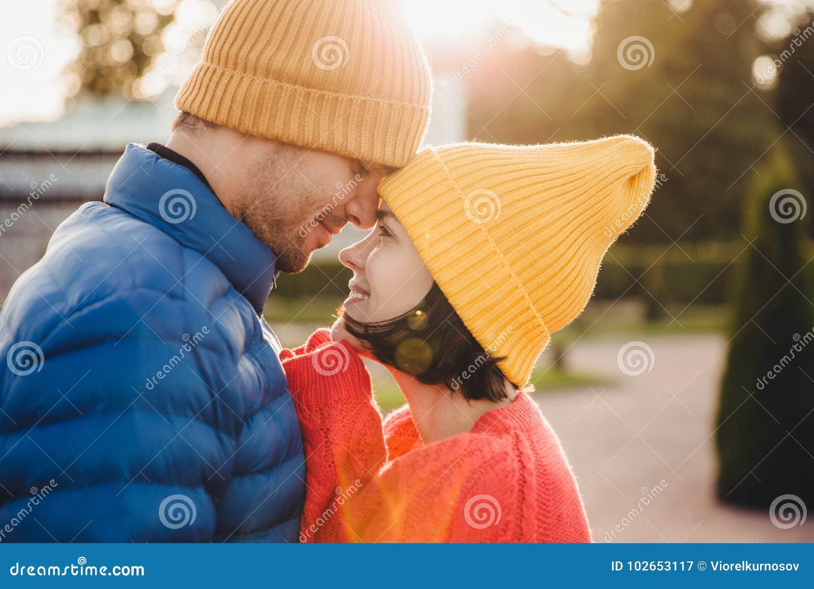 Romantyczni potomstwa dobierają się spojrzenie przy each inny z wielką miłością, ładnego związek, iść całować, spacer plenerowego