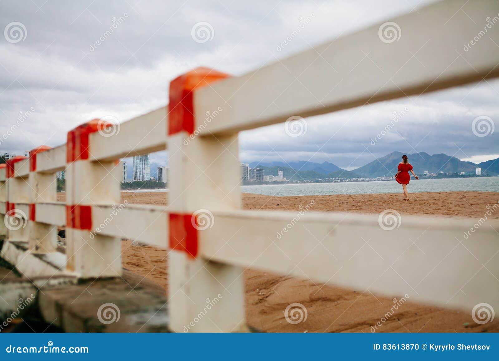 Romantyczny kobieta spacer na plaży