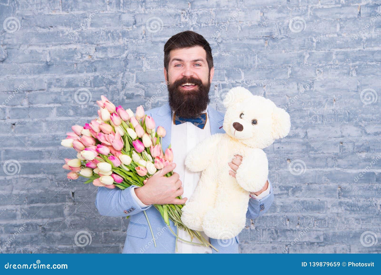 Romantyczny mężczyzna Macho dostaje gotowa romantyczna data Czekać na kotuś Mężczyzna odzieży smokingu łęku krawata dobrze przygo