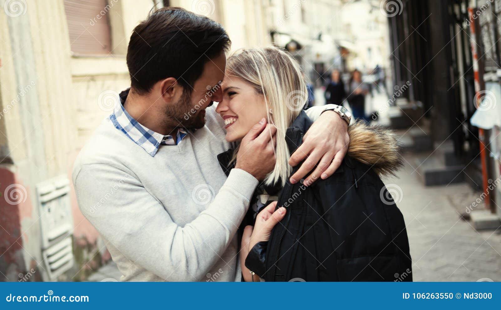 Romantyczny młody szczęśliwy pary całowanie, przytulenie i