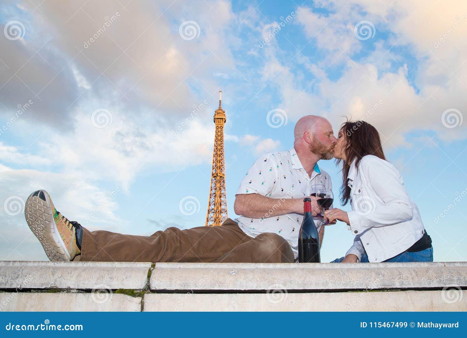 Romantyczny pary całowanie pod wieżą eifla w Paryż, Francja