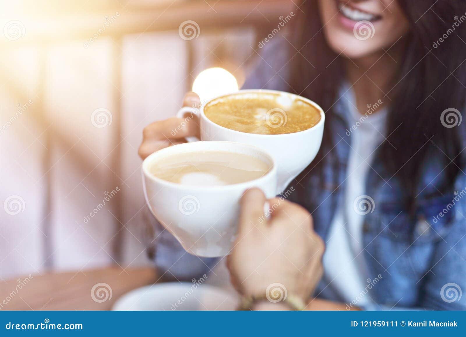 Romantyczny pary datowanie w kawiarni
