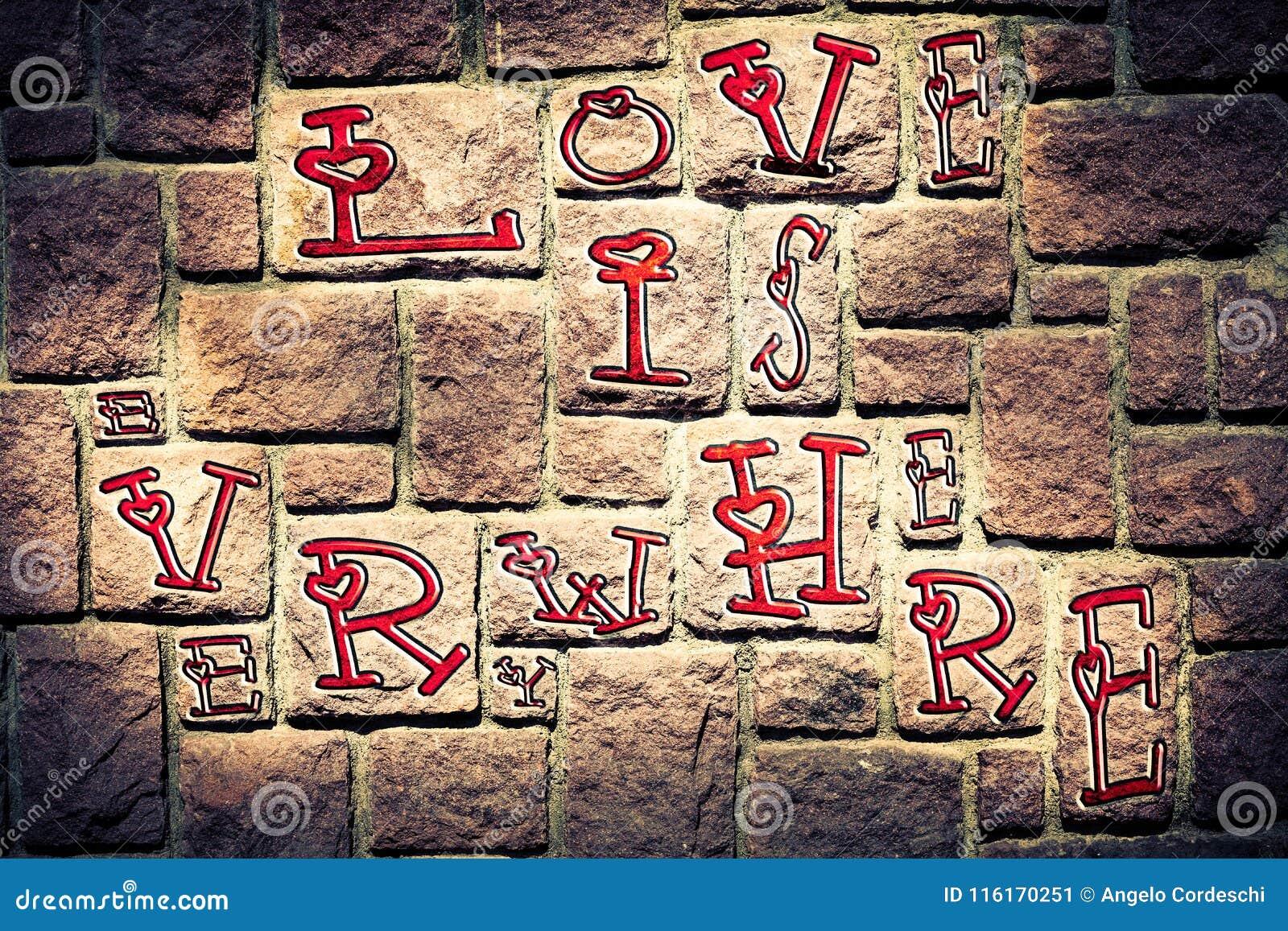 Romantyczny tło na betonowym ściana z cegieł czerwonej miłości i wszędzie imponuje above