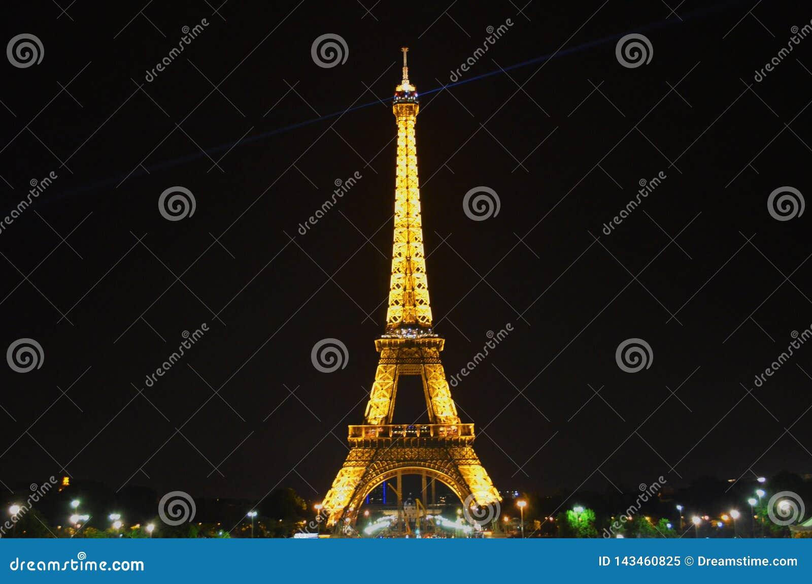 Romantyczny wieczór przegapia iluminującą wieżę eiflą