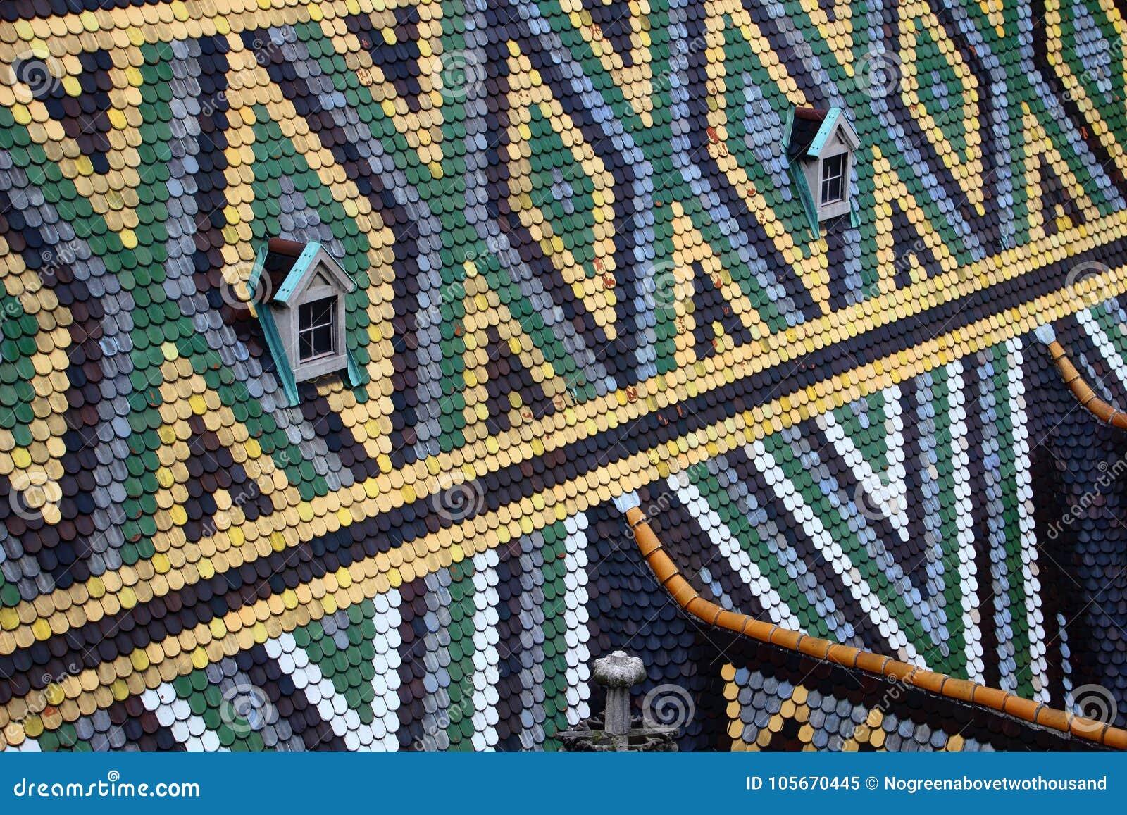Romben och triangeln mönstrar färgrika tegelplattor Stephansdom Wien