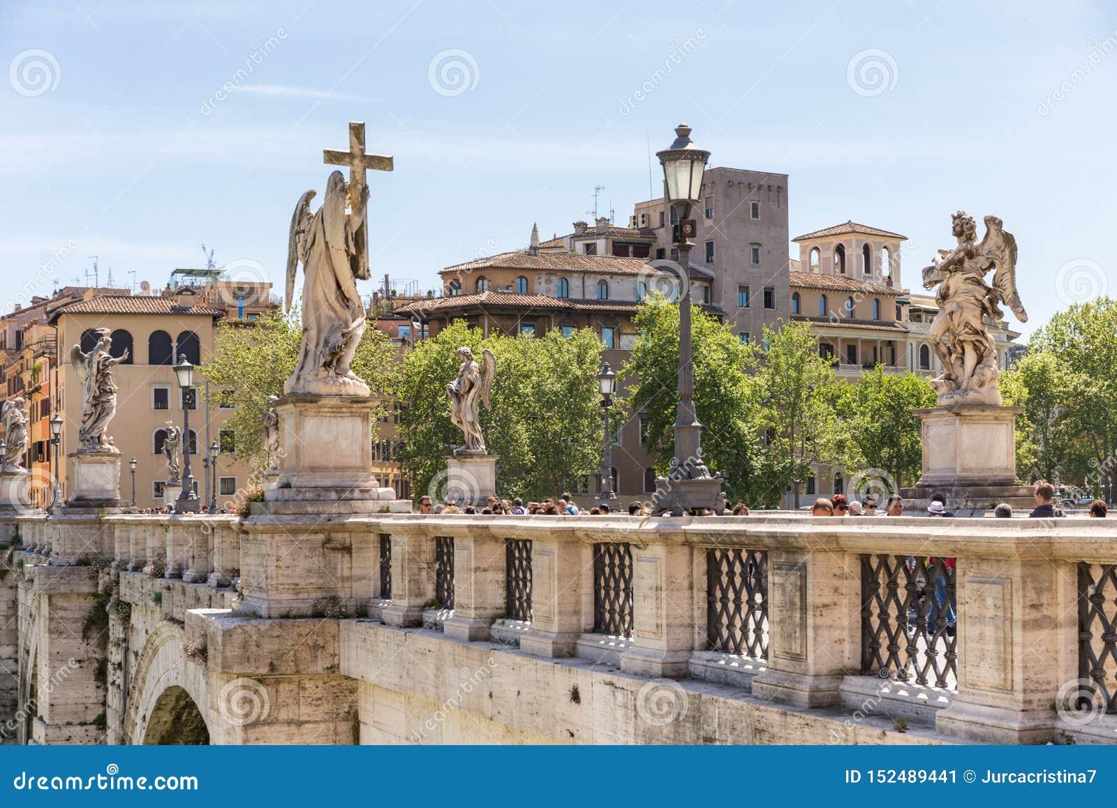 ROME, ITALIË - APRIL 27, 2019: De Engelenbrug Ponte Sant 'Angelo van heilige op Tiber-rivier