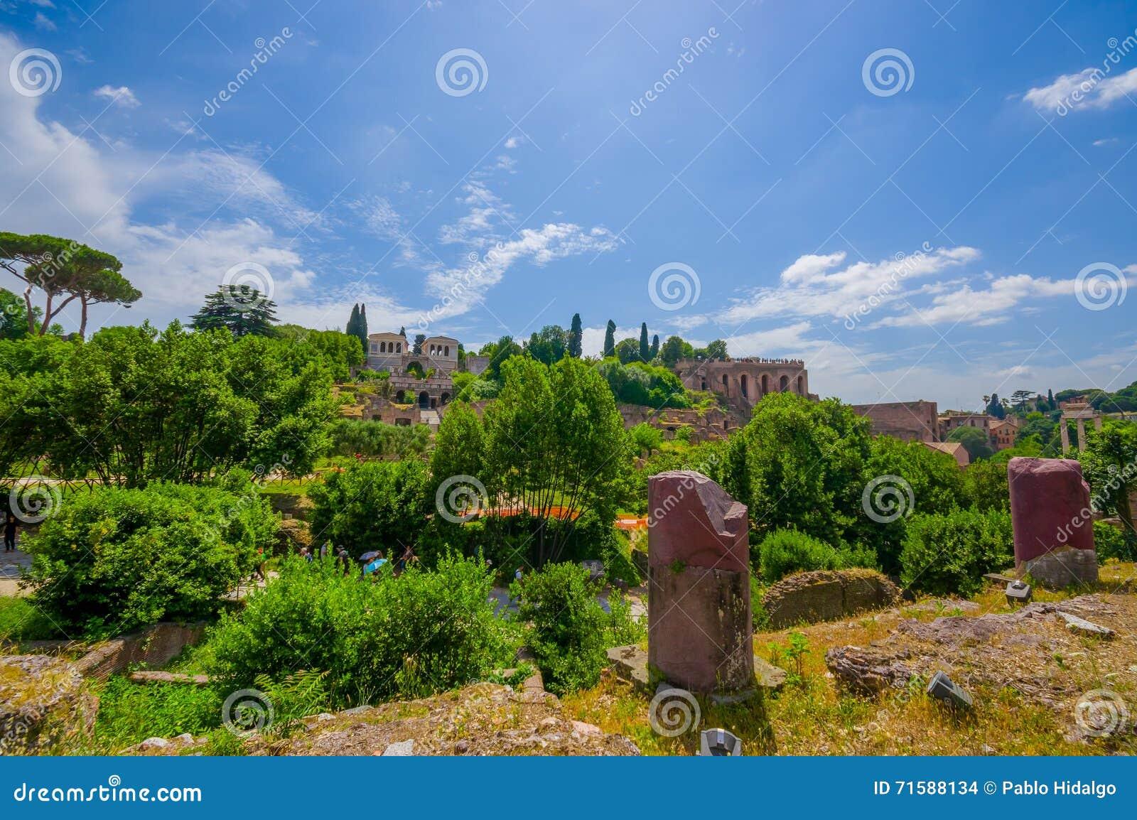 ROME, ITALIË - JUNI 13, 2015: Grote mening van heuvel aan Roman Forum, oud weinig stad dichtbij Roman Coliseum