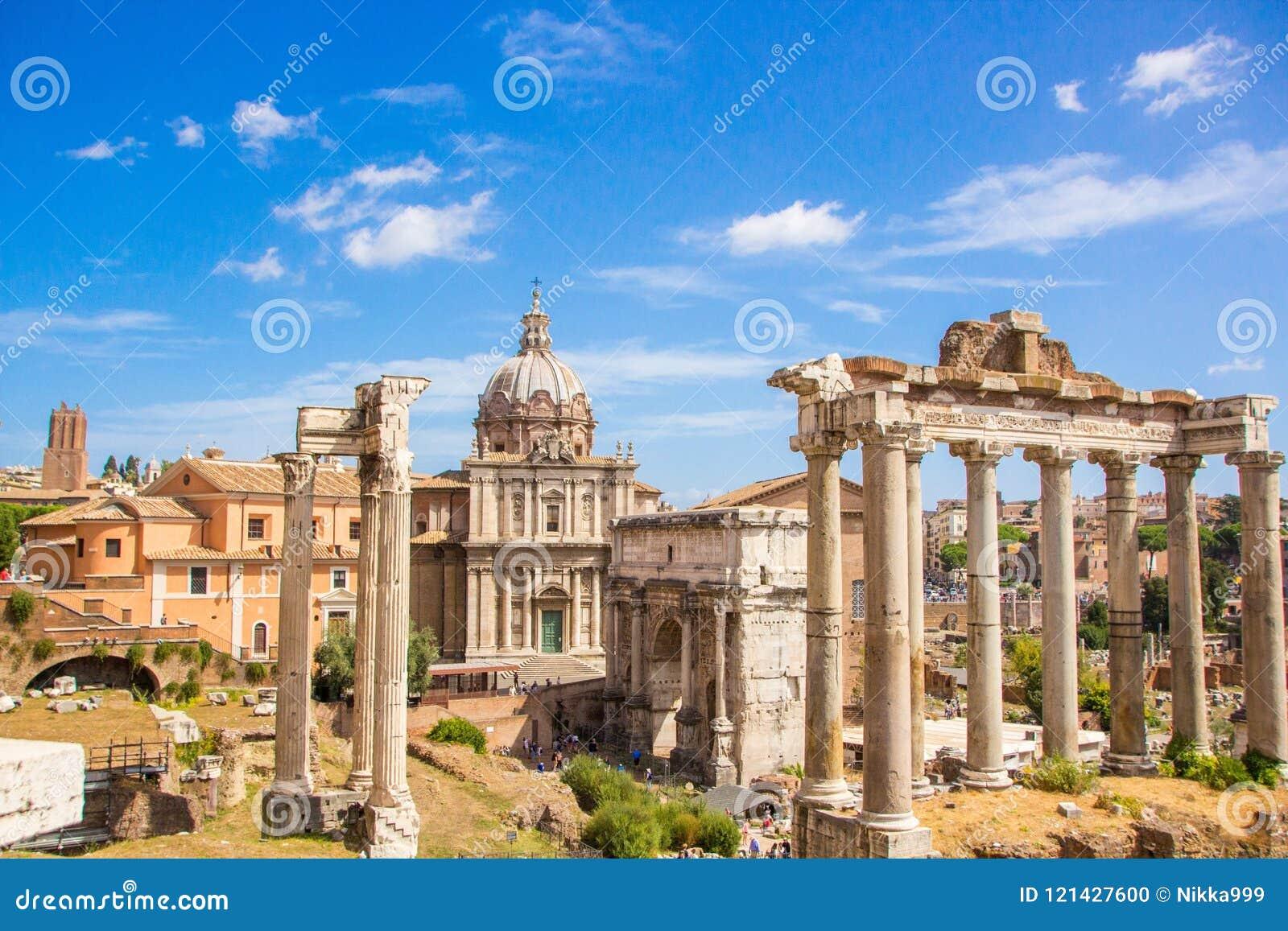 Rome, Italië - September 12, 2017: Toneel oude ruïnes van Roman Forum Foro Romano in Rome, Italië