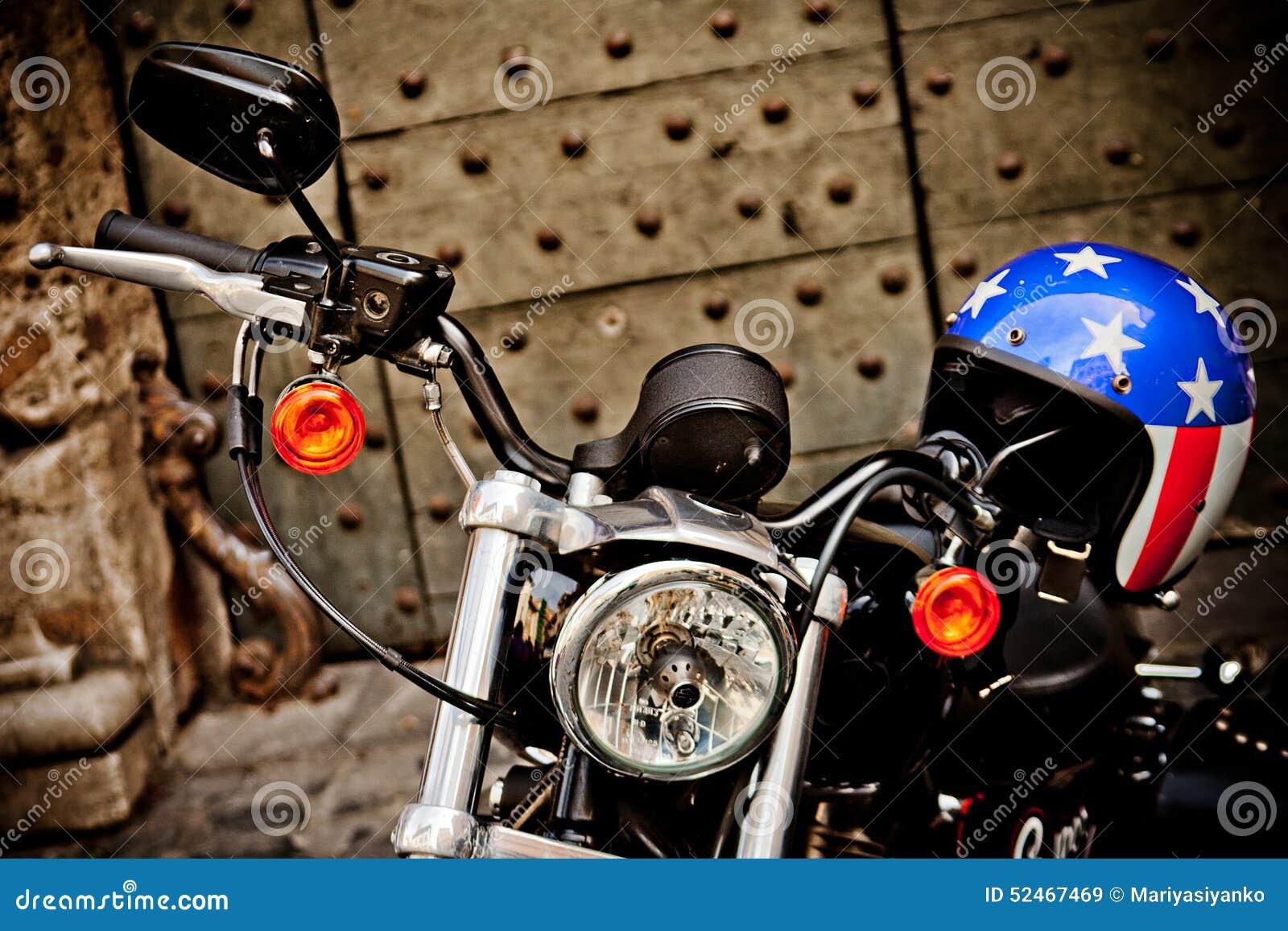 rome italie avril 25 moto harley davidson avec le casque avec le style de drapeau. Black Bedroom Furniture Sets. Home Design Ideas