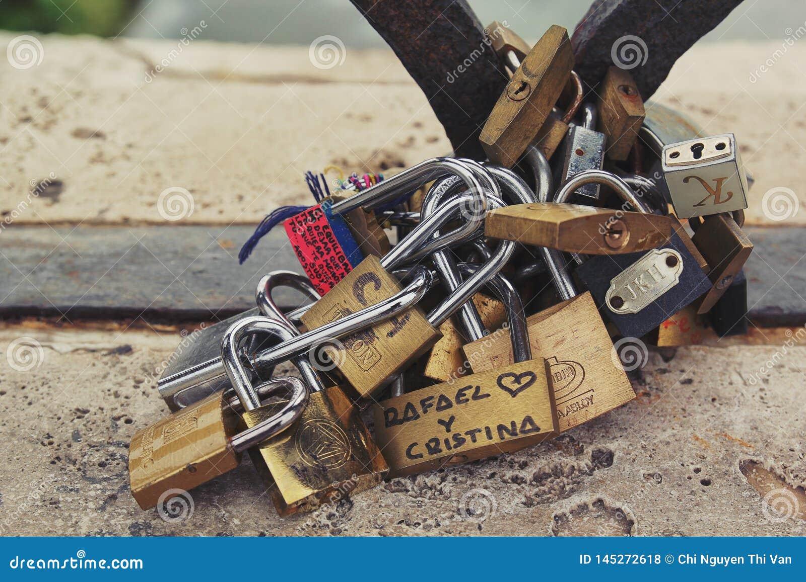 Rome, Italie - 2 septembre 2017 : Belle serrure pour le coup de couples sur le pont