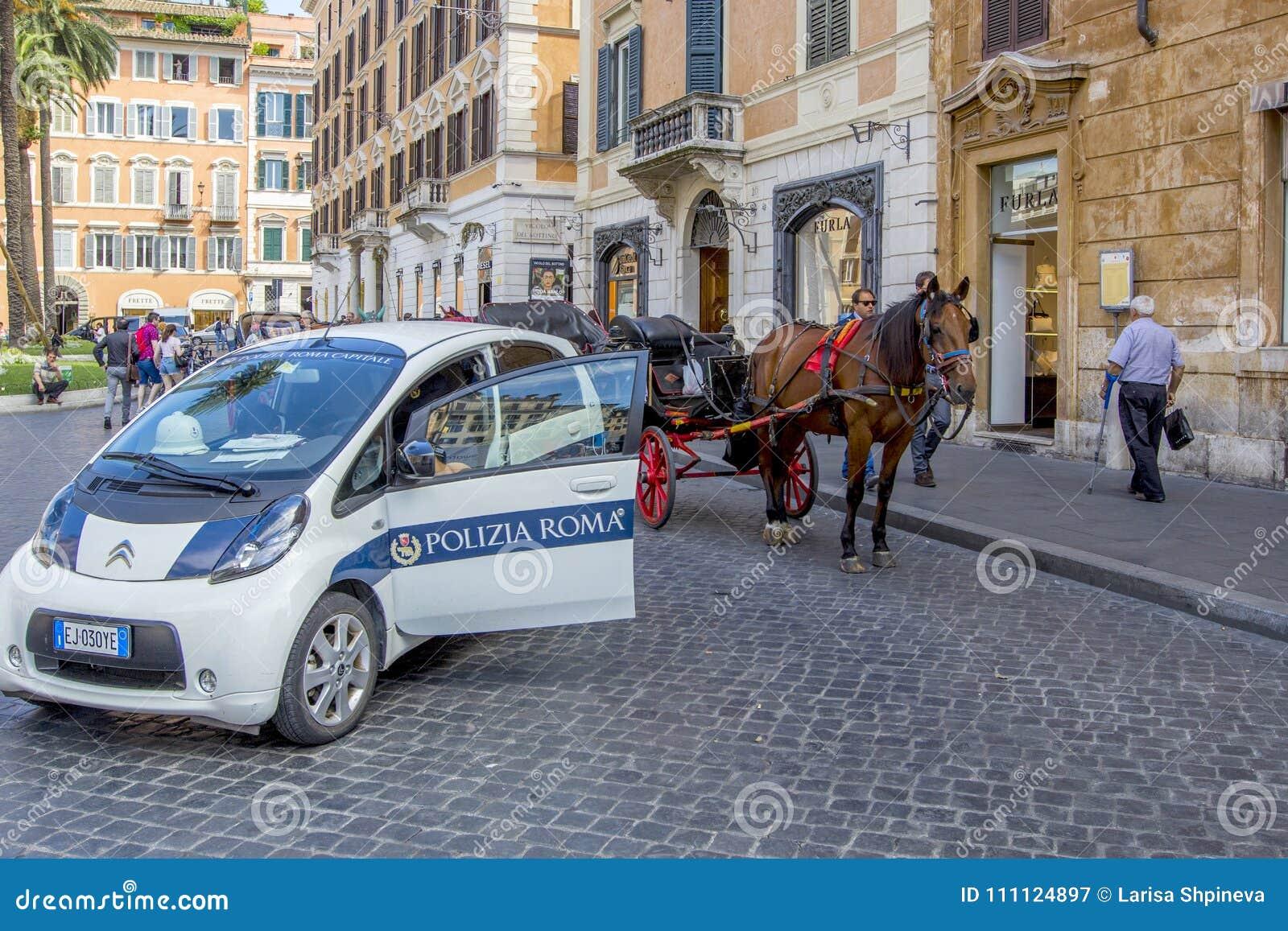 ROME ITALIEN - JUNI 17, 2014: Polisbil, hästvagn med en lagledare för turister på gatorna av Rome, Italien