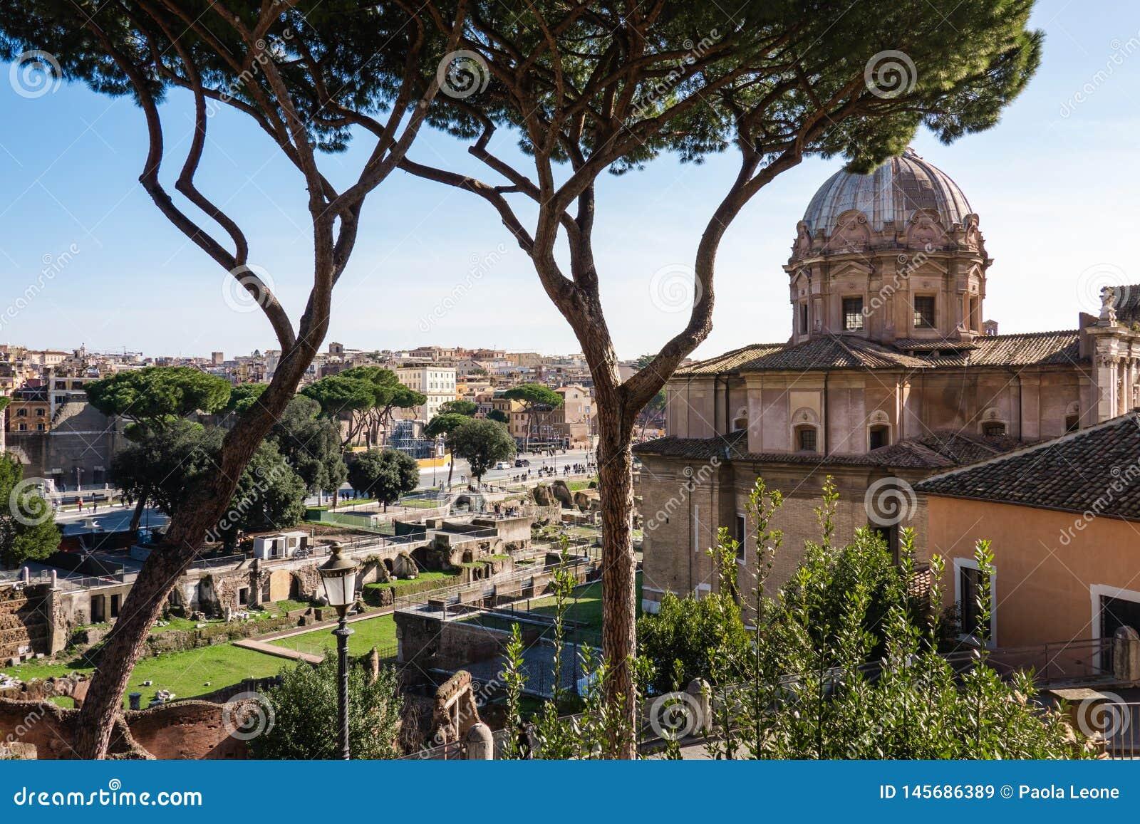ROME Italien: Scenisk sikt av forntida Roman Forum, den Foro romanoen och St Joseph Church