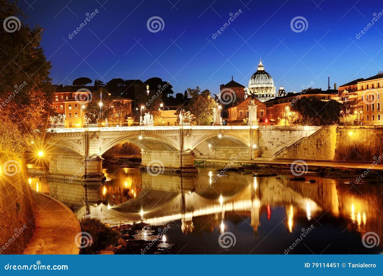 Rome, Italien - sikt av en bro över den Tiber floden och St Peter & x27; s-basilikakupol i Vaticanen på natten