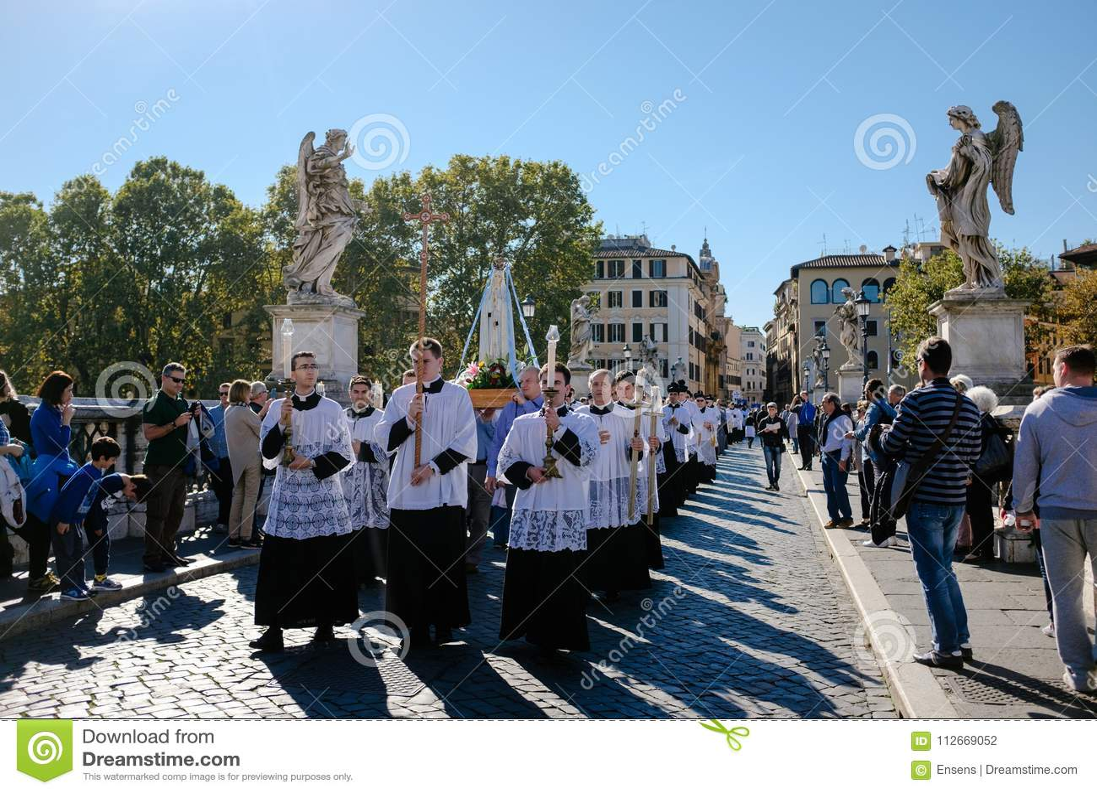 ROME-ITALY-24 10 2015, procesión religiosa a través de las calles
