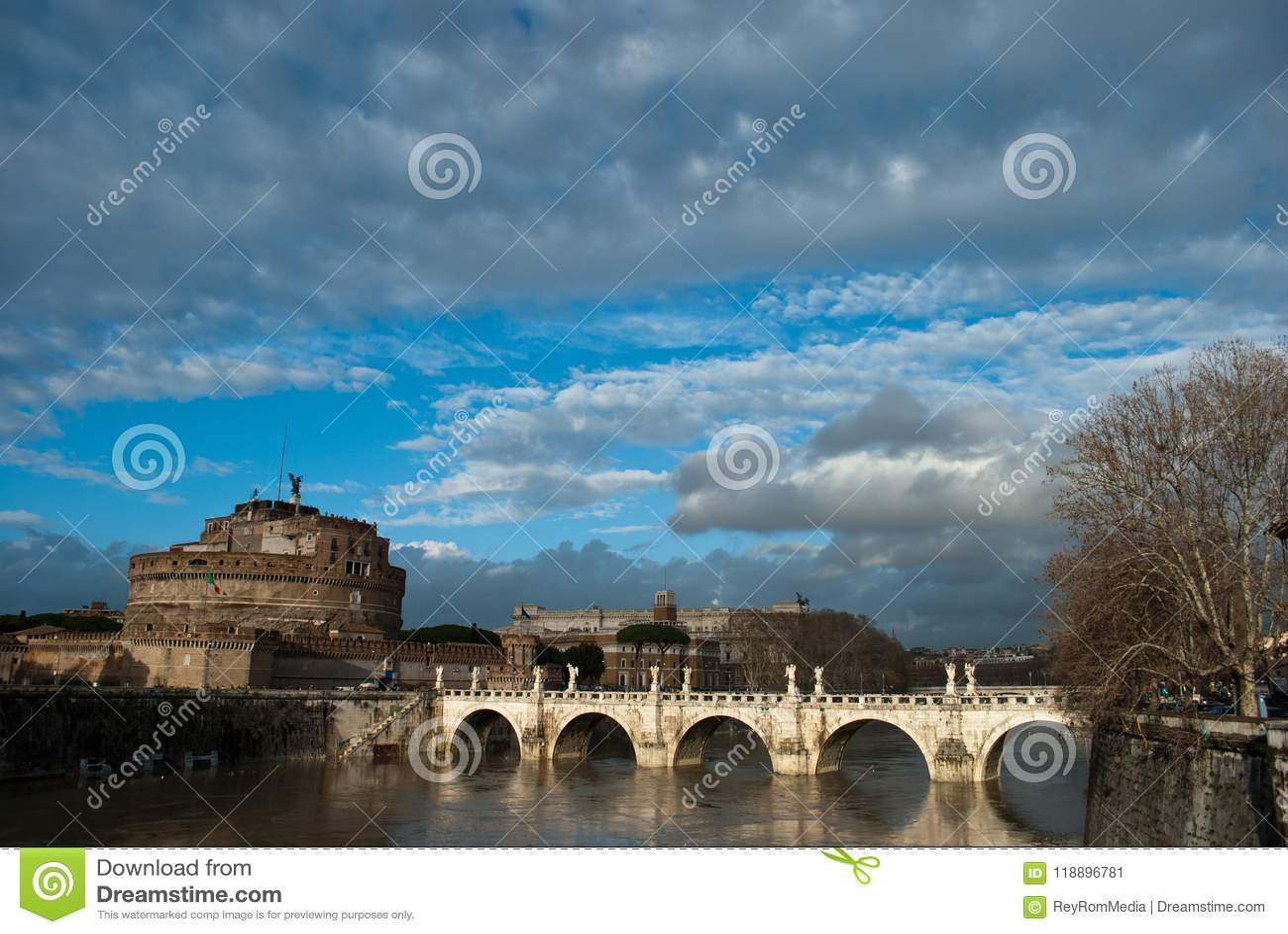 Rome säsongväder fördunklar under den Tiber flod- och broPonte Sant `en Angelo nära av Castel Sant Angelo på Roma, Italien