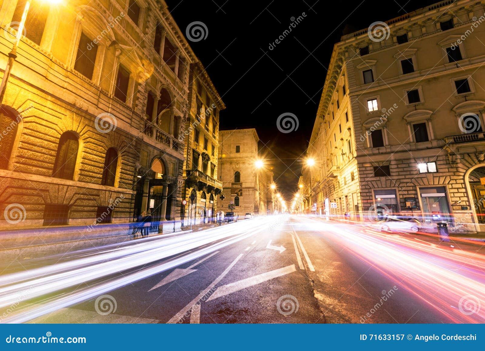 Rome väg på natten, stads- trafikljusslingor och citylife italy