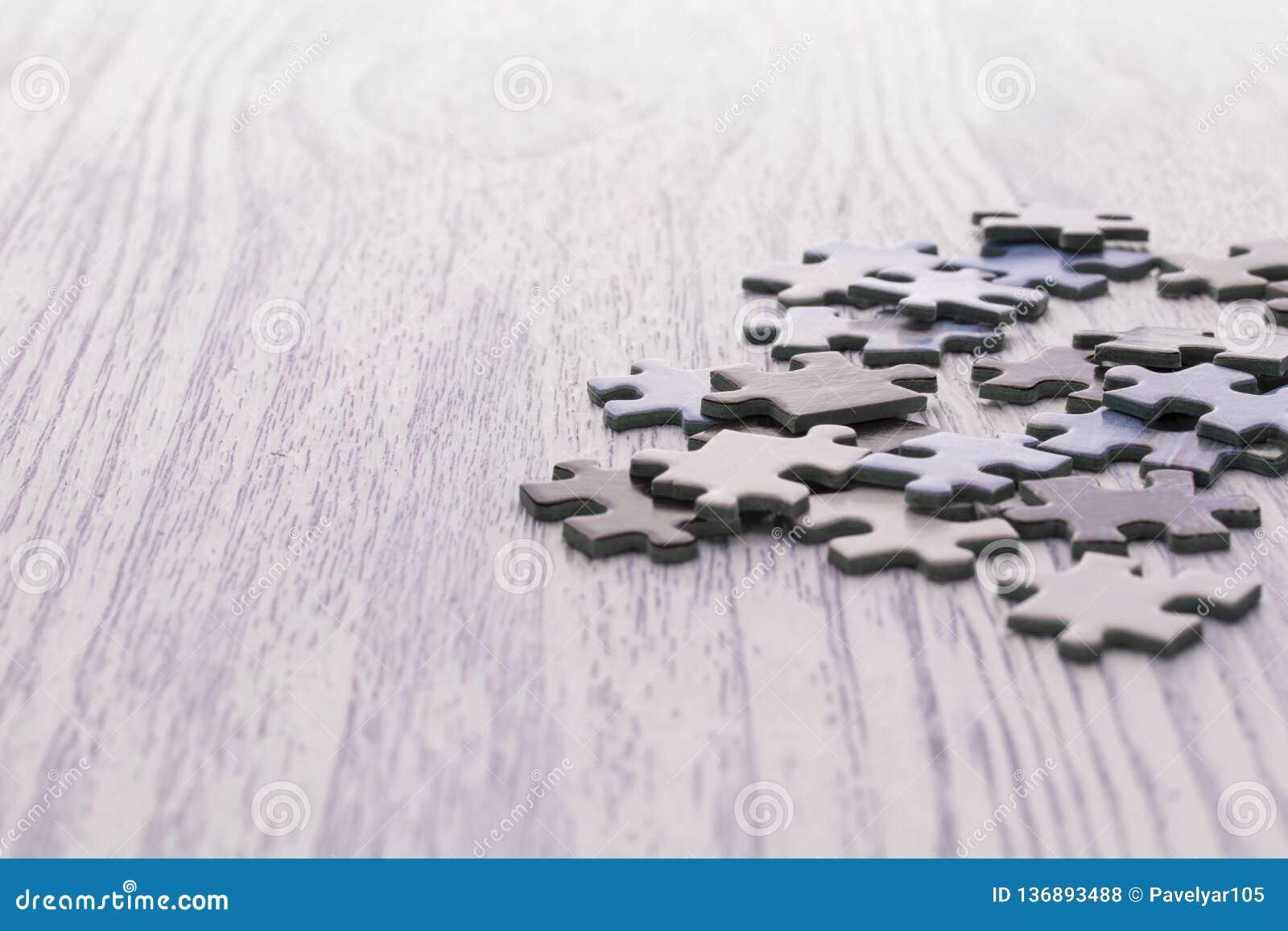 Rompecabezas en una tabla de madera blanca
