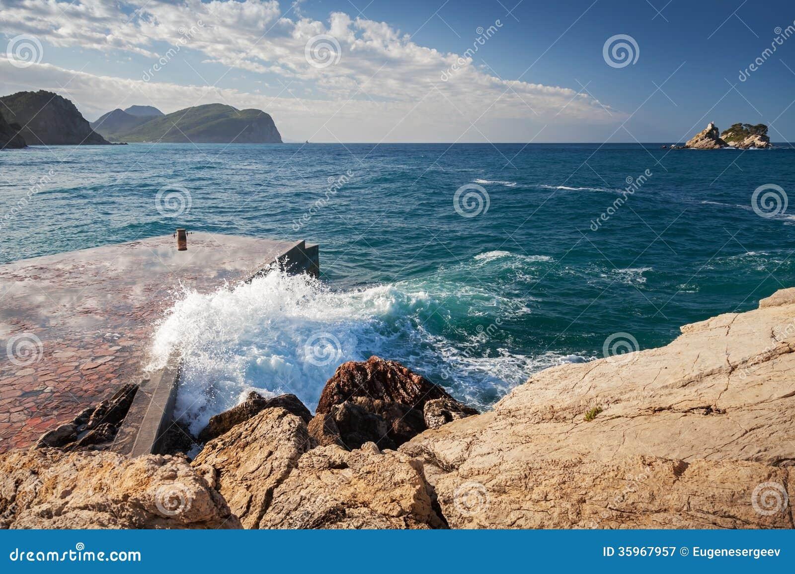 Rompeolas de piedra con las ondas de fractura
