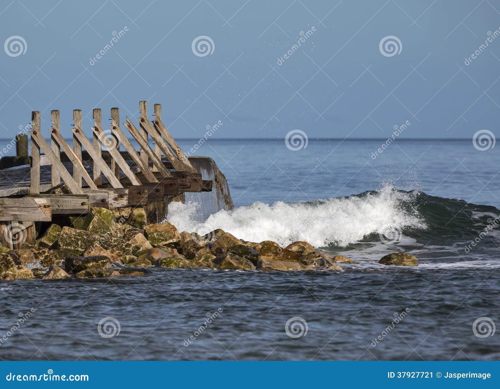 Rompeolas llamativo de la onda de Lossiemouth.