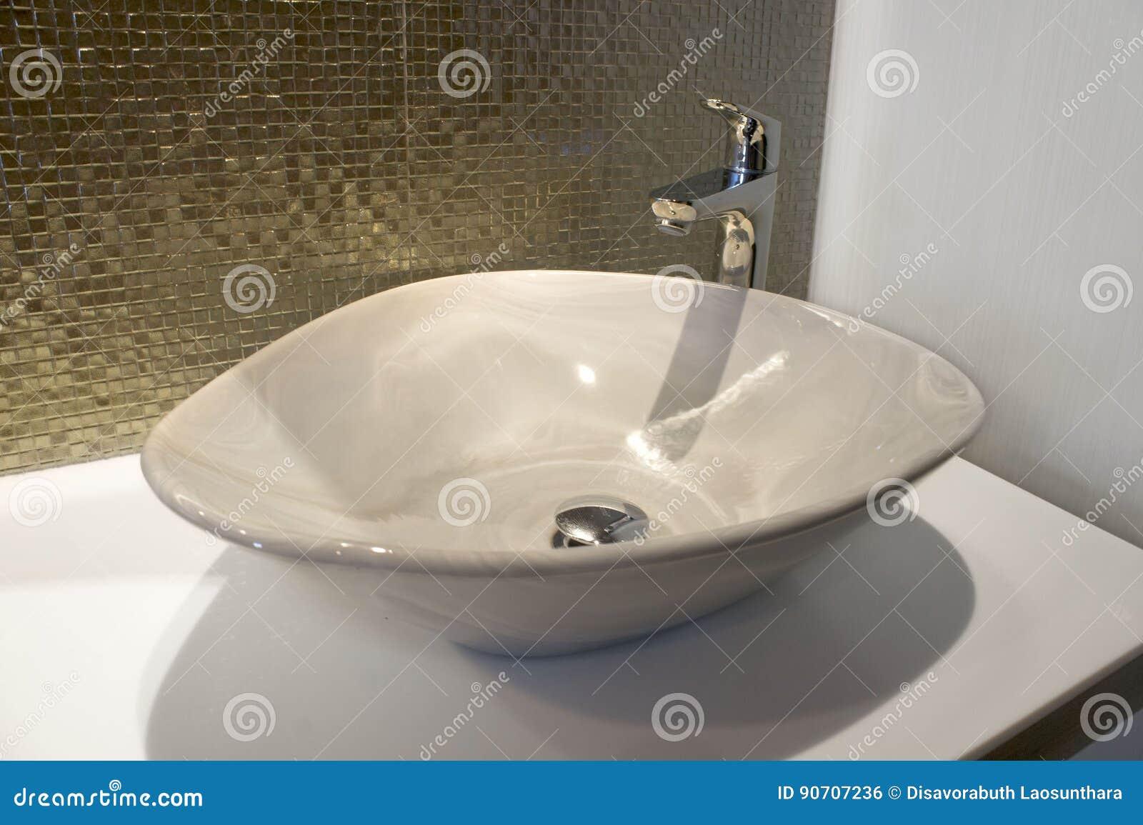 Ron luxueux étincelle la mosaïque et l évier d or vert sur la salle de bains
