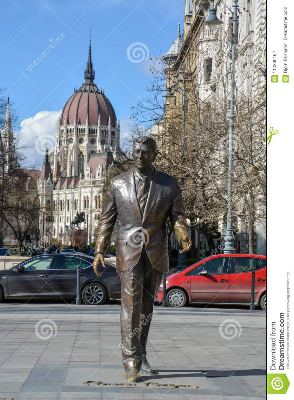 Ronald Reagan statue with the Budapest parliament in the background