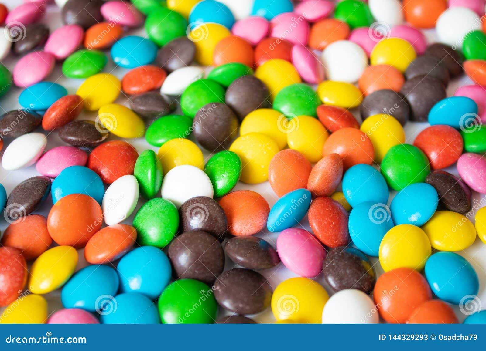 Rond, multicolore, chocolats Une pile des sucreries multicolores