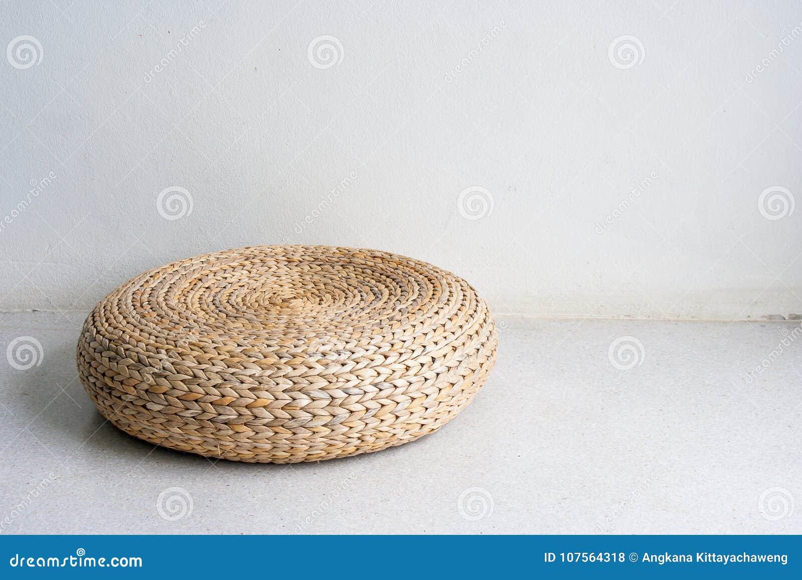 Witte Rieten Stoel : Ronde bruine rieten stoel in uitstekende stijl die op concrete