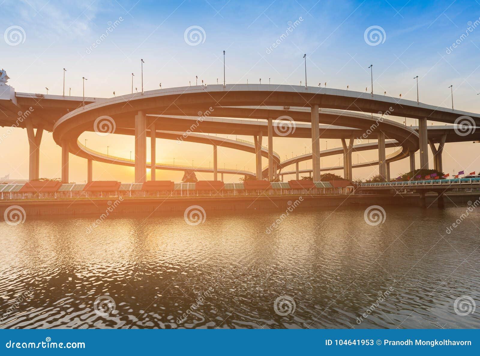 Download Ronde Het Watervoorzijde Van De Wegkruising Stock Afbeelding - Afbeelding bestaande uit nacht, outdoors: 104641953