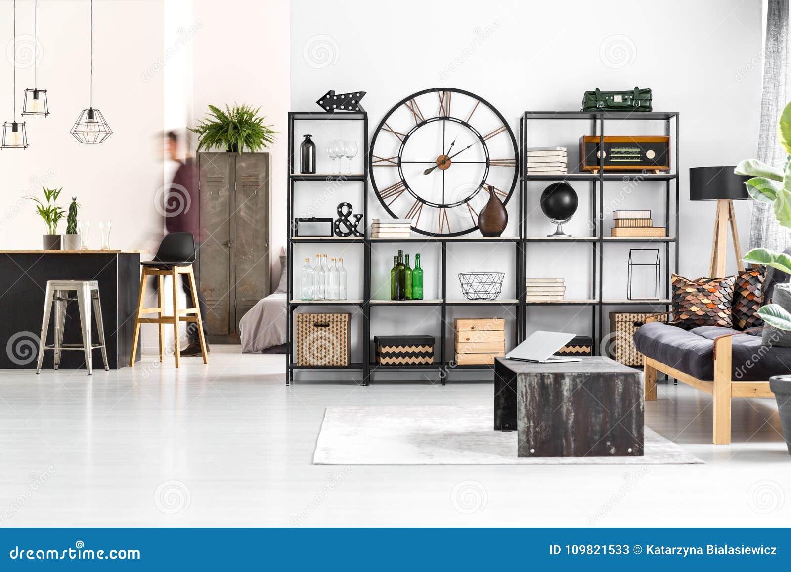 Ronde klok in woonkamer stock afbeelding. Afbeelding bestaande uit ...