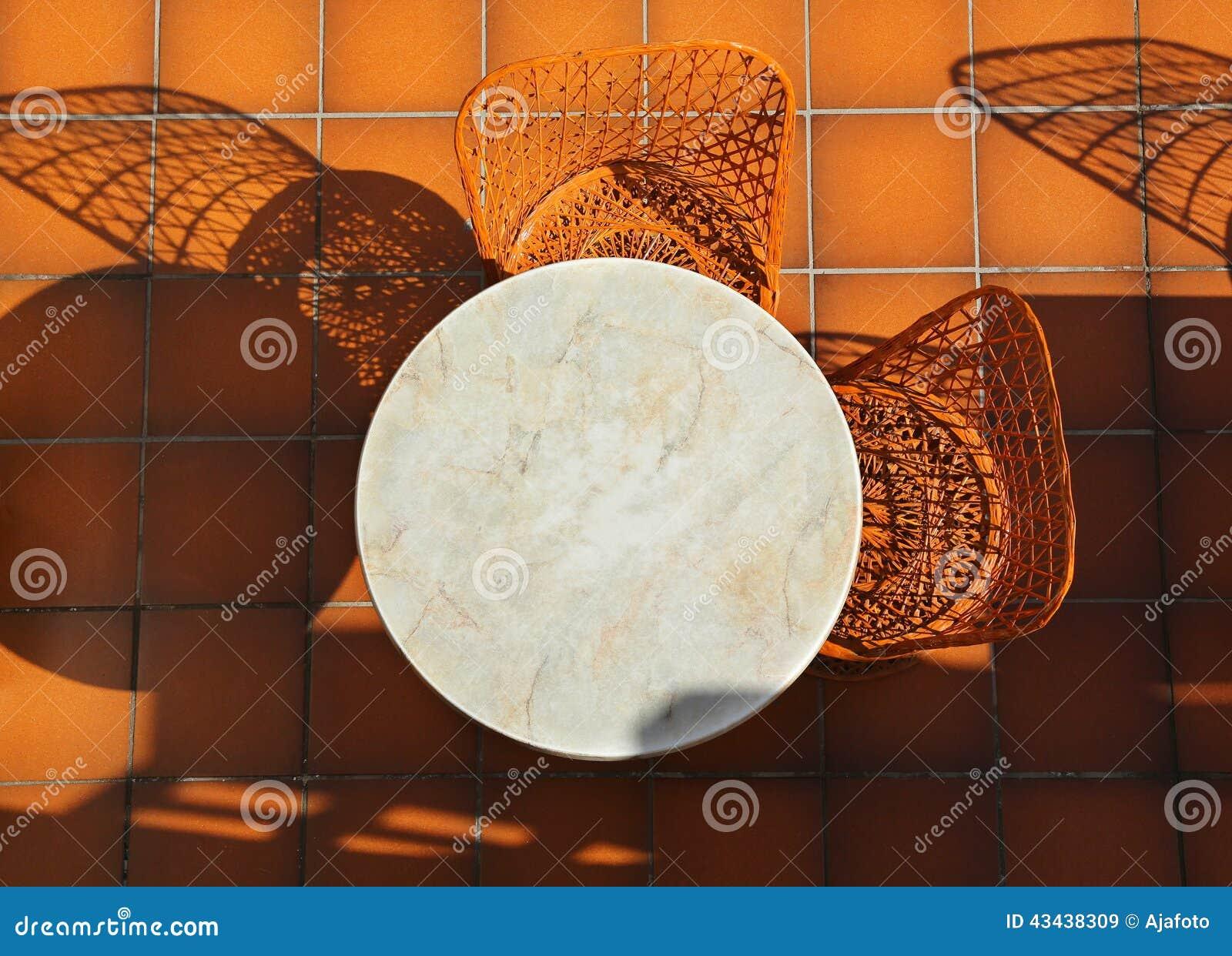 Rieten Ronde Tafel.Rondetafel En Rieten Stoelen Stock Afbeelding Afbeelding Bestaande