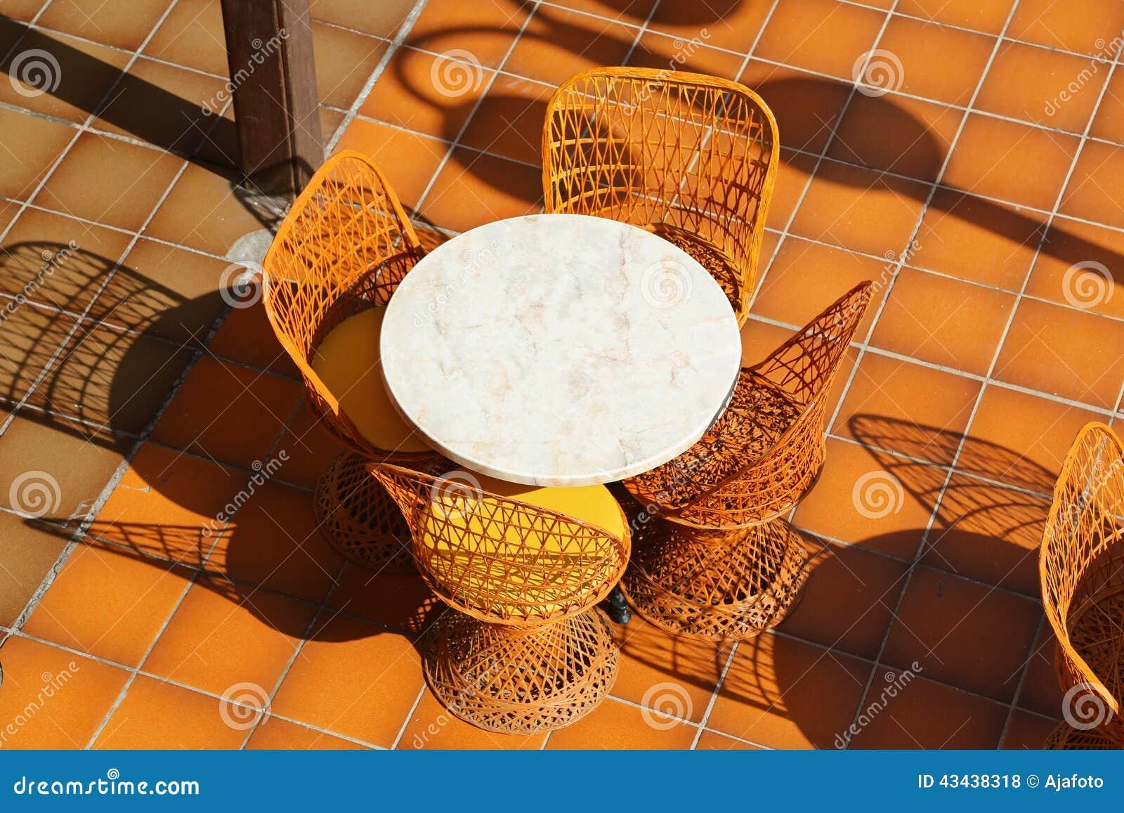 Rieten Ronde Tafel.Rondetafel En Rieten Stoelen Stock Foto Afbeelding Bestaande Uit
