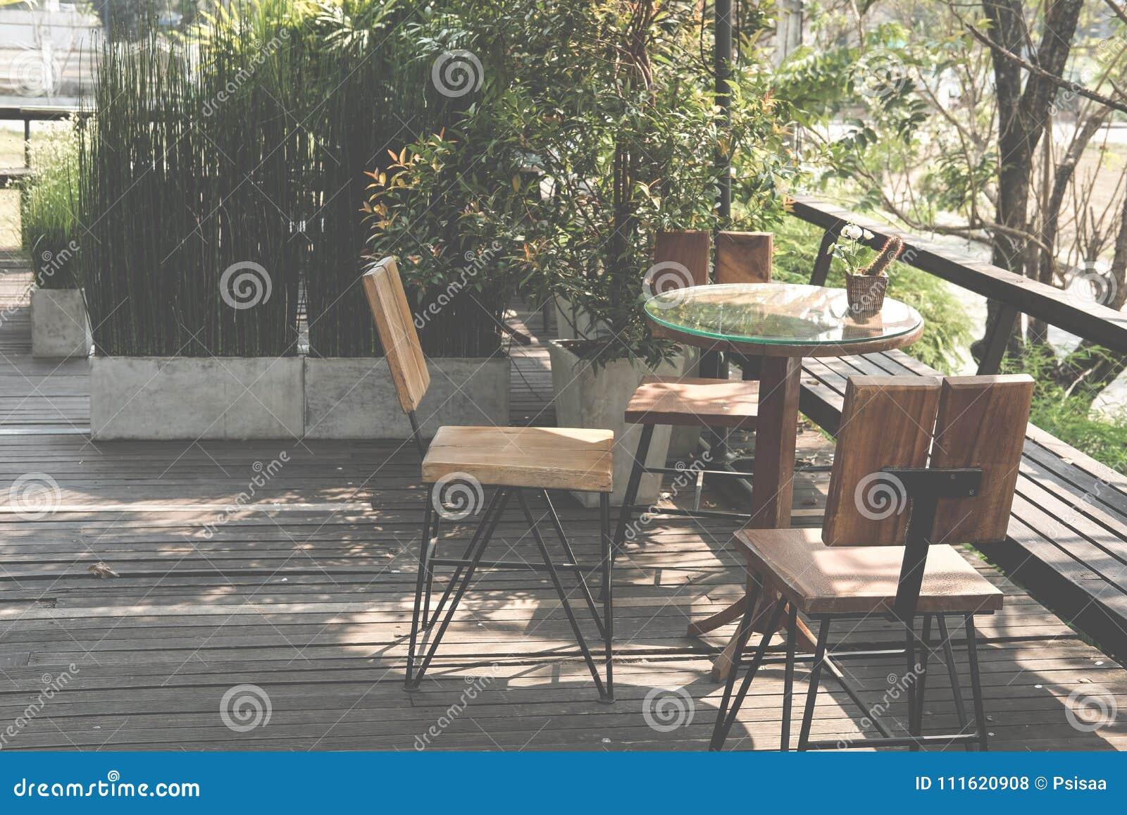 Houten Stoel Tuin.Terras Houten Rondetafel Op Van Tuin Huis Stoel Dichtbij Opuwxzkti