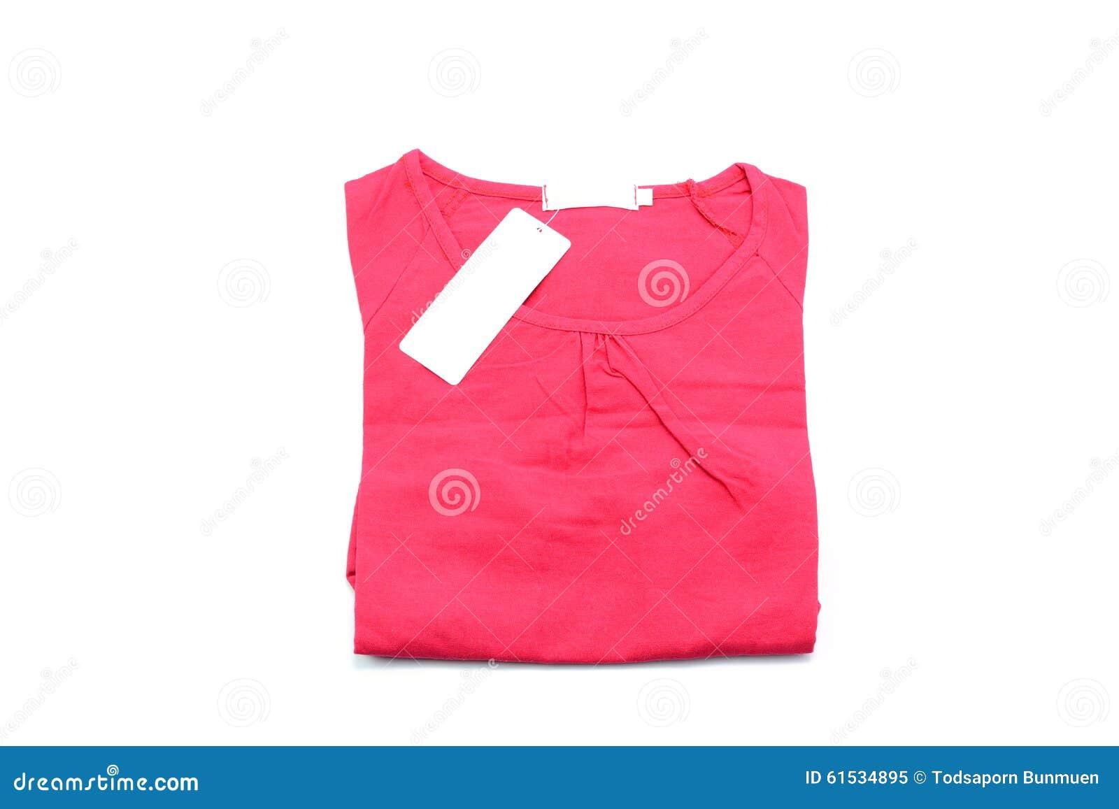 Rood die overhemd op witte achtergrond wordt geïsoleerd