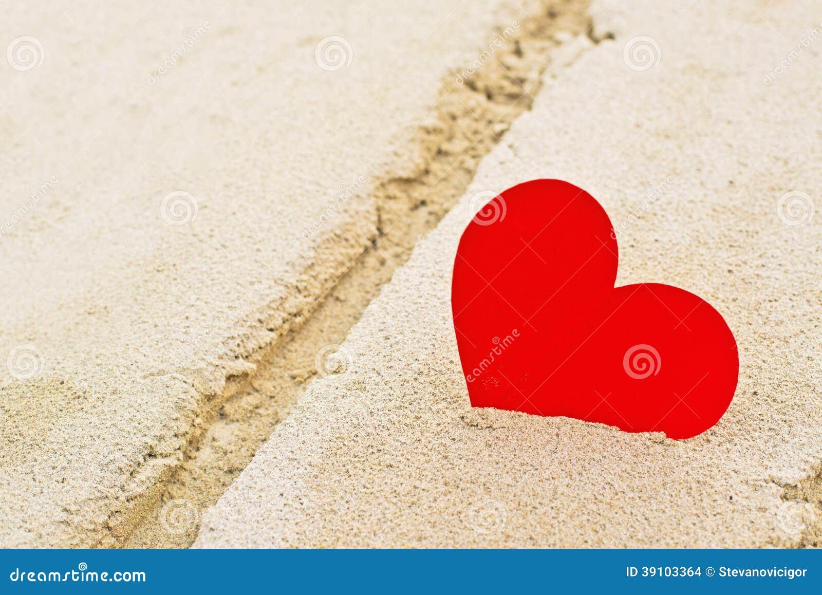 Rood document hart in strandzand